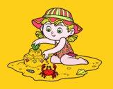 Una niña jugando en la playa